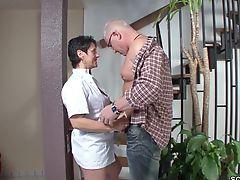 Der Chef fickt die Geile MILF Putzfrau mit dem Mini-Rock